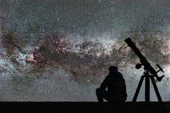 Équipez regarder les étoiles, télescope d'astronomie Manière laiteuse étoilée images stock