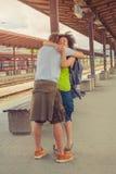 Équipez rencontrer son amie à la station de train Photographie stock