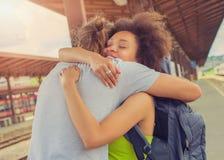 Équipez rencontrer son amie à la station de train Images libres de droits