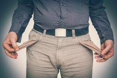 Équipez retirer les poches vides - concept pauvre de personnes photos stock