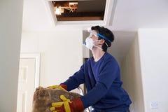 Équipez s'élever dans le grenier pour isoler le toit de Chambre photos stock