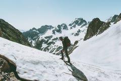 Équipez s'élever jusqu'au dessus de l'aventure de montagne photo libre de droits