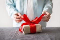 Équipez s'ouvrir actuel avec la boîte de papier de métier et le ruban rouge Images stock