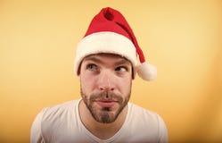 Équipez Santa avec le visage adroit sur le fond orange photographie stock