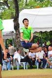 équipez sautent pour donner un coup de pied la boule dans le jeu du volleyball de coup-de-pied, takraw de sepak images libres de droits