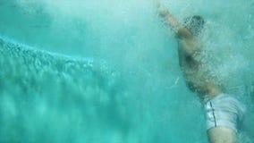 Équipez sauter dans la piscine scène Tir visuel sous-marin Le nageur saute dans l'eau dans la piscine banque de vidéos