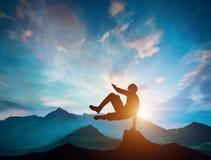 Équipez sauter par-dessus des roches dans l'action de parkour en montagnes Photographie stock libre de droits