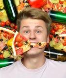 Équipez se coucher avec la tranche de pizza dans la bouche Photos stock