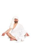 Équipez se reposer en position de lotus, vêtements habillés de bain Image stock
