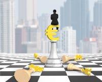 Équipez se reposer sur l'euro symbole des échecs d'argent sur l'échiquier Images libres de droits