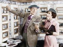 Équipez servir un plat à une femme dans un distributeur automatique (toutes les personnes représentées ne sont pas plus long viva Image libre de droits