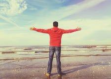 Équipez soulever ses mains, image de vintage de liberté Image stock