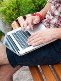 Équipez taper sur l'ordinateur portatif. images libres de droits