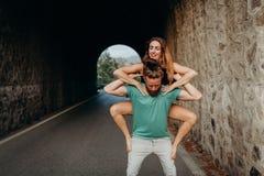 Équipez tenir et élever la femme avec les bras dans une danse de gymnastique Photos stock