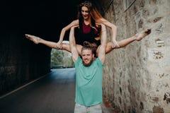 Équipez tenir et élever la femme avec les bras dans une danse de gymnastique images stock