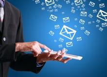 équipez tenir et tenir un téléphone avec des icônes de message Image stock