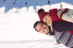 Équipez tenir l'amie sur le sien de retour en haut de la montagne Images libres de droits