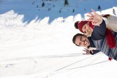 Équipez tenir l'amie sur le sien de retour en haut de la montagne Image libre de droits