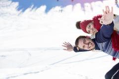 Équipez tenir l'amie sur le sien de retour en haut de la montagne Photographie stock