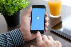 Équipez tenir l'iPhone 6 avec le Twitter sur l'écran Photos libres de droits