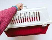 Équipez tenir la cage animale pour des chiens de chat d'animaux familiers photographie stock libre de droits