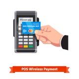 Équipez tenir la carte de crédit payant au-dessus du terminal de position Images libres de droits