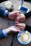 Équipez tenir la main de son amie au restaurant Photo libre de droits