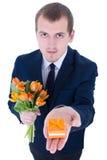 Équipez tenir le boîte-cadeau avec l'anneau de mariage d'isolement sur le blanc Image libre de droits