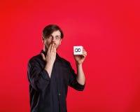 Équipez tenir le cube avec le signe de l'infini Photos stock