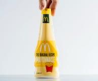 Équipez tenir le fond propre disponible de paquet de pot de boîte à mayonnaise Photos libres de droits