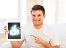 Équipez tenir le PC de comprimé avec le signe d'email à la maison Images libres de droits