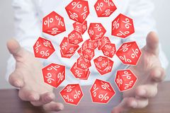 Équipez tenir les cubes rouges avec des signes de pour cent Photographie stock