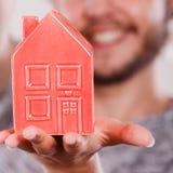 Équipez tenir peu de maison rouge, concept de ménage images libres de droits