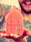Équipez tenir peu de maison rouge, concept de ménage image stock