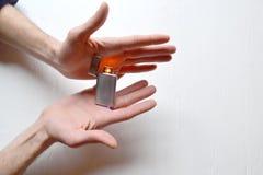 Équipez tenir un allumeur d'usb dans des ses mains photographie stock