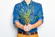 Équipez tenir un groupe de branches vertes de ressort Concept élégant lumineux de photo, d'eco et d'amour Photographie stock