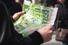 Équipez tenir une carte de festival de fleur dans Keukenhof images libres de droits