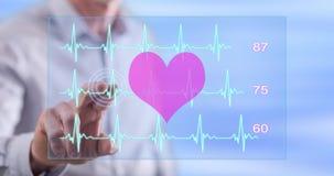 Équipez toucher un concept de graphique de battements de coeur sur un écran tactile Photos stock
