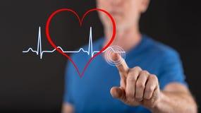 Équipez toucher un graphique de battements de coeur sur un écran tactile Images libres de droits