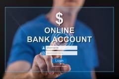Équipez toucher un site Web en ligne de compte bancaire sur un écran tactile photographie stock libre de droits