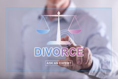 Équipez toucher un site Web en ligne de conseil de divorce sur un scre de contact Photos libres de droits