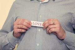 Équipez une chemise grise est dans l'amour Photographie stock