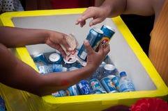 Équipez vendre des boîtes de bière pendant le carnaval de Rio de Janeiro Images stock