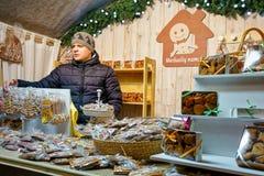 Équipez vendre des bonbons à pain d'épice au marché de Noël de Vilnius Photographie stock