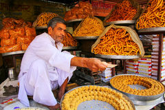 Équipez vendre des casse-croûte près d'Amber Fort, Ràjasthàn, Inde Images stock