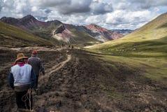 Équitation à la montagne d'arc-en-ciel photographie stock