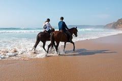 Équitation à la plage à l'océan photo stock