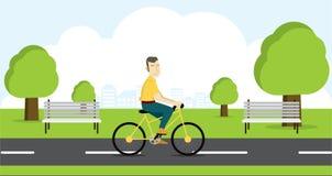 Équitation active de jeune homme sur la bicyclette Image stock