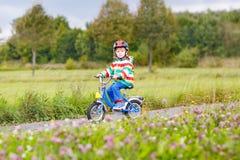 Équitation active mignonne de petit garçon sur le vélo Images libres de droits