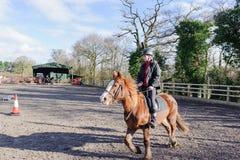 Équitation au pré Photographie stock